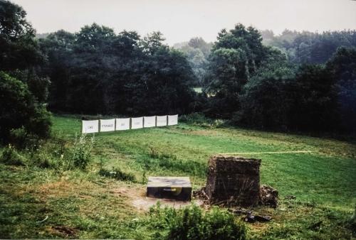 01 | Blick über den Bunkerschacht auf die 7 Leintücher
